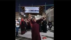 سيدة ترقص أمام لجنة انتخابية