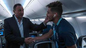 محمود الخطيب مع لاعبي الأهلي في الطائرة