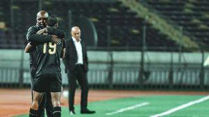 بيتسو موسيماني مدرب فريق الأهلي مع محمد مجدي قفشة