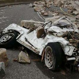 تسببت في سحق سيارة.. صخور عملاقة تسقط من قمة جبلية بالسعودية (فيديو)