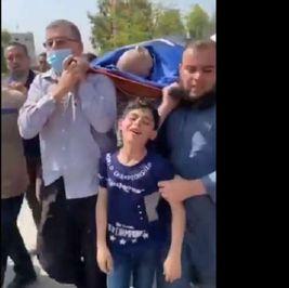 طفل فلسطيني يودع والده الشهيد بسبب القصف الإسرائيلي في مشهد مبكي