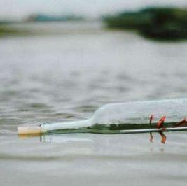 شاب يعثر على رسالة غامضة تطفو على سطح المياه.. و«زووم» يكشف سرها