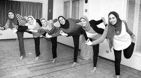 سيدات أثناد تدريبات «اليوجا»