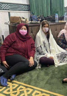 السفيرة نبيلة مكرم وزيرة الهجرة داخل المسجد مرتدية الحجاب في الندوة التثقيفية بمحافظة دمياط