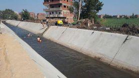 أطفال يحوِّلون الترع المبطنة للاستحمام هربا من حرارة الجو «فيديو»