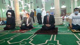 محافظ أسوان يقدم التهنئة للرئيس السيسي ويوزع العيدية على الأطفال