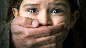 المدرس الذئب.. احتضن وتحرش بالفتيات بحجة تشجيعهن على التفوق
