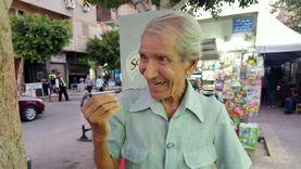 """سبعيني يدلي بصوته في """"الشيوخ"""" بحقيبته وعكازه: بكتب خواطر وأنا ماشي"""