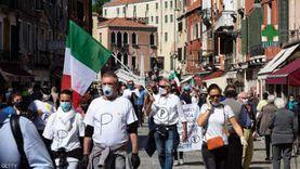 أوروبا تنتفض لمواجهة كورونا بإجراءات مشددة واحتجاجات شعبية