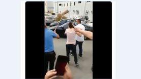 """فيديو.. طرد وزير التربية والتعليم اللبناني بـ""""المقشات"""" من قبل محتجين"""