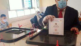رئيس جامعة حلوان يصوت في انتخابات الشيوخ بالعجوزة