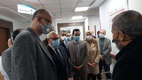 محافظ بورسعيد يشهد حصول أول مواطن على لقاح كورونا