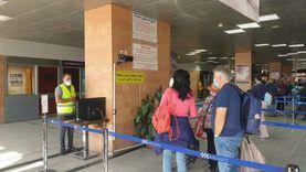 استقبال أول «شارتر» روماني بمطار الأقصر بـ«الورود والشيكولاتة».. صور