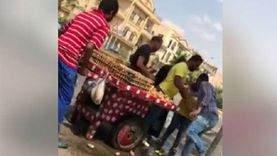 فيديو: موظفة تحاول تحطيم عربة تين رغم توسل البائع.. وقرار بإنهاء انتدابها