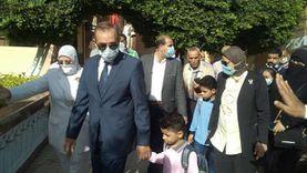 صور.. وفاءً للوعد.. محافظ كفر الشيخ يرافق نجلي شهيد سيناء إلى المدرسة