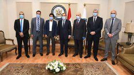 وزير البترول يكرم الطالب أحمد مصطفى الأول على مدارس المتفوقين