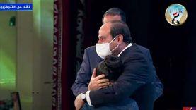 السيسي يحتضن ابنة الشهيد بسام نجيب خلال تكريم أسرة البطل