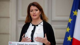 فيديو.. وزيرة فرنسية تثير موجة غضب: لا أتحمل رؤية فتاة محجبة ويجب حظره