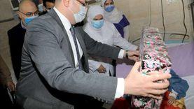 """محافظ بني سويف يسلم """"هدية الرئيس"""" للطفلة شروق المريضة بالقلب"""