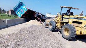 انقلاب سيارة نقل محملة بـ«الزلط والرمل» على الطريق الإقليمي (صور)
