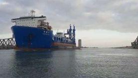 عبور الكراكة مهاب مميش في قناة السويس محمولة على سفينة شحن صينية