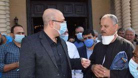 محافظ بني سويف يستمع لمطالب المواطنين عقب أدائه صلاة الجمعة