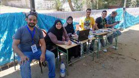متطوعون أمام إحدى لجان بولاق الدكرور للتعريف بطريقة الإدلاء بالصوت