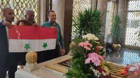 مصريون وعرب يتوافدون على ضريح ناصر.. ومواطن: هزوره لو هبيع جلاليبي