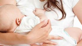 الصحة تجيب: هل ينتقل كورونا للطفل أثناء الرضاعة الطبيعية؟