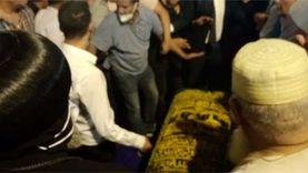 """""""إيد واحدة"""".. شيخ وقسيس ينظمان جنازة محمد فريد خميس"""