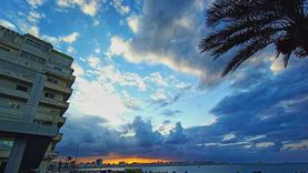 صور.. سماء الإسكندرية تتزين بالألوان والأنوار بعد استقرار الطقس