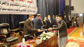 وزير القوى العاملة ومحافظ البحيرة يسلمان 72 عقد عمل لذوي الهمم