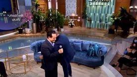 بعد أول «دويتو» بينهما.. محمد ثروت يحتضن ابنه على الهواء