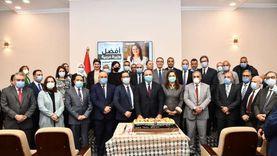 """العاملون بـ""""التخطيط"""" يقدمون هدية لـ""""السعيد"""" لفوزها بجائزة أفضل وزيرة عربية"""