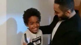 فيديو.. تامر حسني يفاجىء طفل صغير بزيارته في منزله