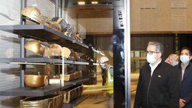 بدء وضع كنوز توت عنخ آمون بفتارين العرض بالمتحف المصري الكبير
