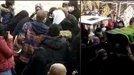 لحظة إغماء أسرة عبلة الكحلاوي عند وصول جثمانها إلى المسجد