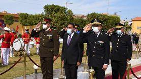 محافظ مطروح ومدير الأمن وقائد المنطقة يضعون أكاليل زهور بالنصب التذكاري