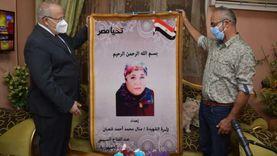 الخشت يقدم هدايا الرئيس السيسي لأسر شهداء القطاع الطبي بجامعة القاهرة