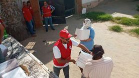 """""""الهلال الأحمر"""" يواصل دعم الأسر المتضررة من تداعيات كورونا بالمحافظات"""