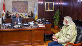 مواطن يوناني يهدي محافظ الإسكندرية تاجا وقاعدة عمود أثرية