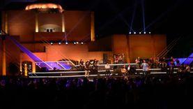 مسرح النافورة بالأوبرا يضيئ بأغاني سيناترا وألفيس بريسلى وبراين ادامز