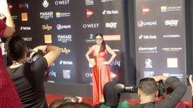 نجلاء بدر ترتدي نظارة شمس ليلا على السجادة الحمراء في الجونة