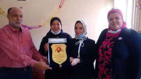 """مدير إدارة السنطة التعليمية تكرم الطالبة """"مريم"""" الأولى على الجمهورية"""