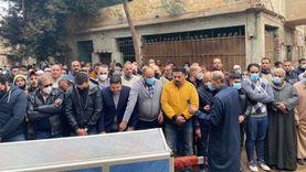خالد يوسف يحمل جثمان شقيقه في الوداع الأخير.. «صور»