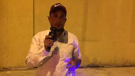 عمر طه.. قصة بائع متجول يغني بصوت «منير» في شوراع الإسماعيلية (فيديو)