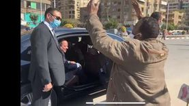 مشاهد من جولة السيسي مع المواطنين.. «جبر بخاطر مريض ولبى طلب بسطاء»