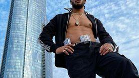 بـ «رُزم دولارات وصدر عاري».. محمد رمضان يستعد لكليب جديد (صورة)