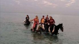 ركوب الخيل داخل مياه البحر.. رياضة تجذب السائحين بشواطئ الغردقة