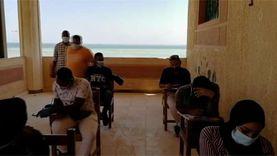 طلاب كلية التربية بالغردقة يؤدون امتحانات التخرج على شاطئ البحر